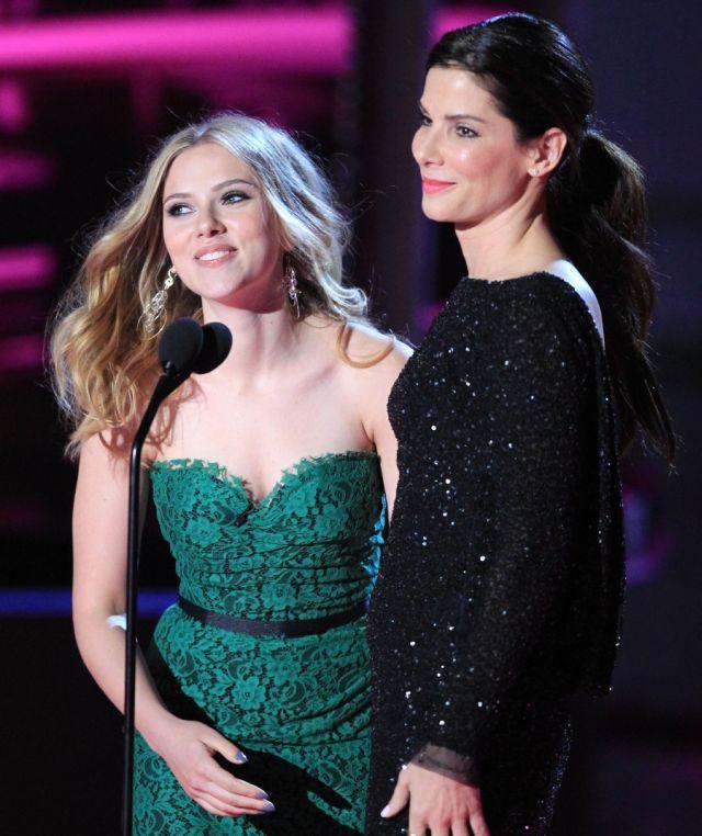 Sexy: Sandra Bullock and Scarlett Johansson Kiss (7 pics)