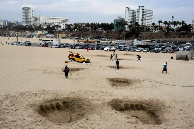 Huge Footsteps on The Beach (4 pics)