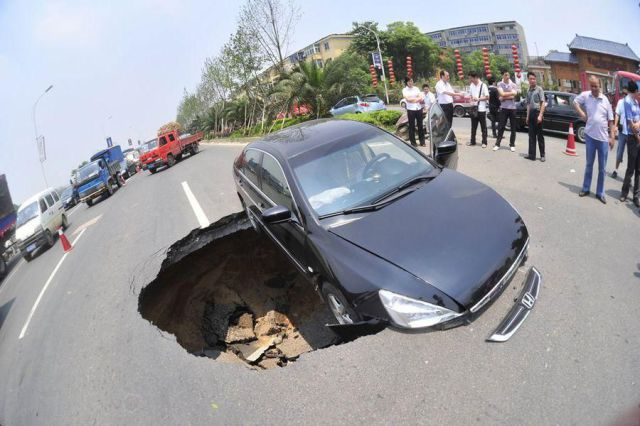 A Minor Road Problem (6 pics)