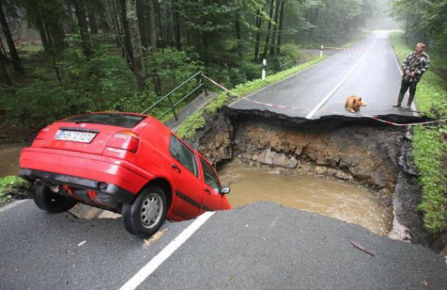 Sinkholes and Collapsed Roads around the World (35 pics)