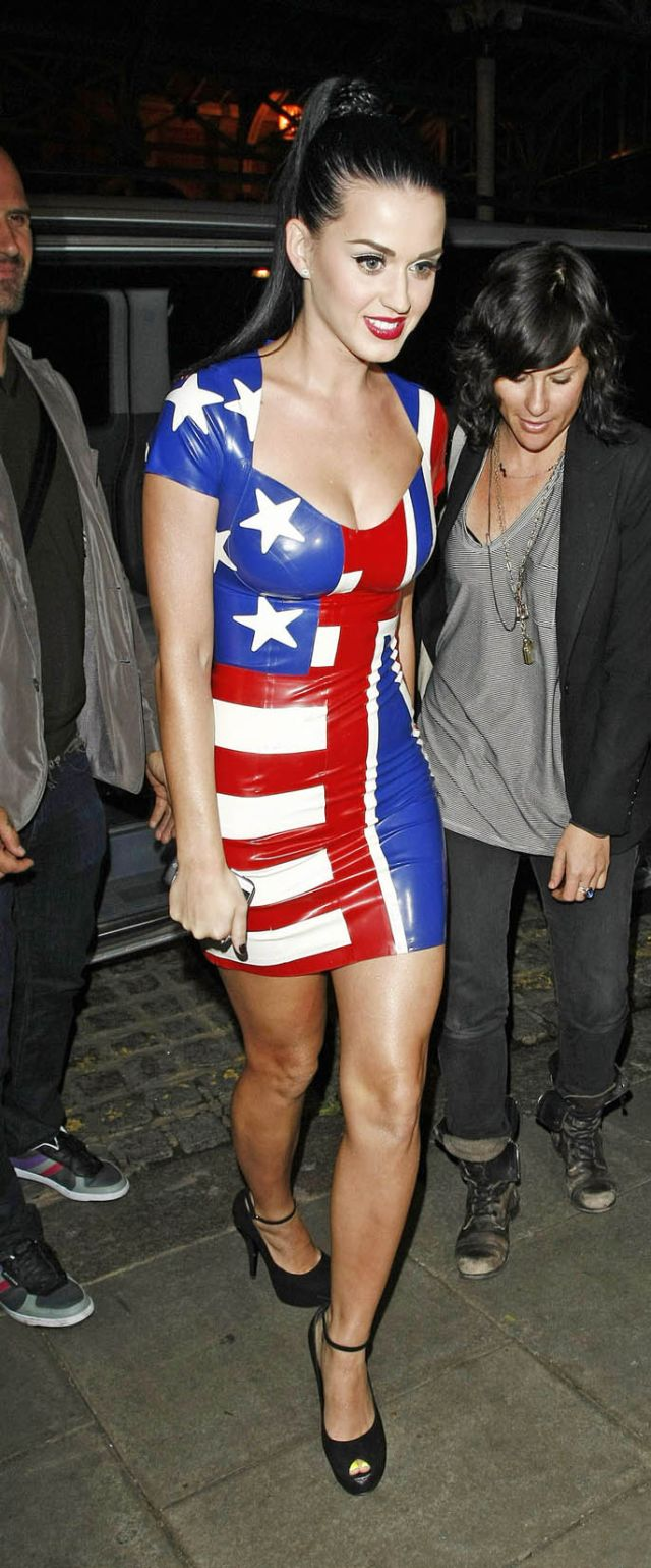 This Tight American-Themed Dress Highlights Katy Perry's Curves (12 pics)