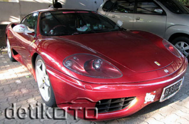 Ferrari and Hello Kitty Don't Go Together (8 pics)
