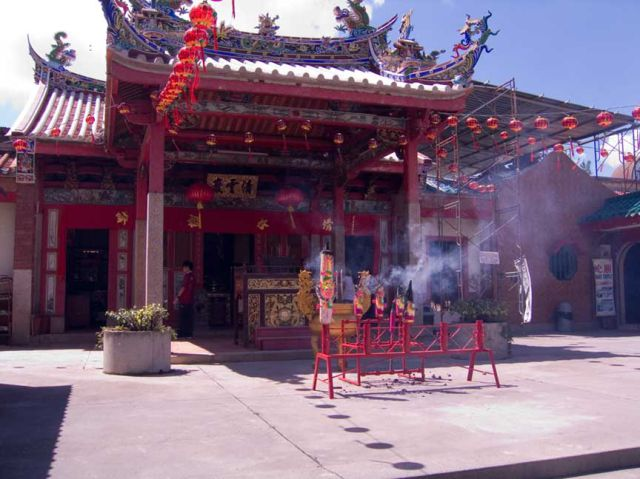 Malaysian Temple with Hundreds Poisonous Snakes (26 pics)