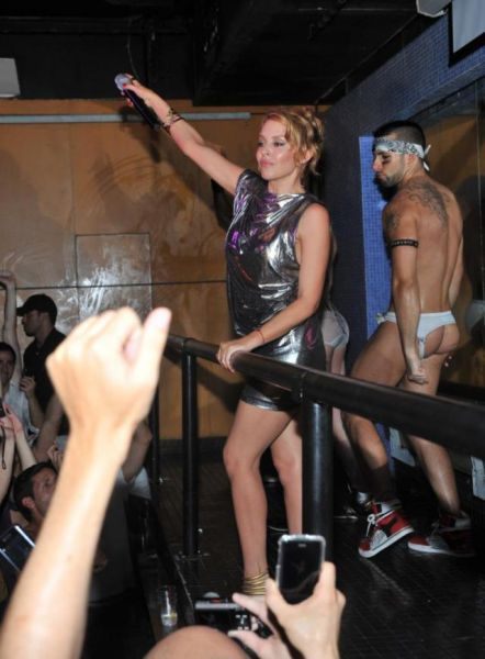Kylie Minogue Performing in a Gay Bar (8 pics)