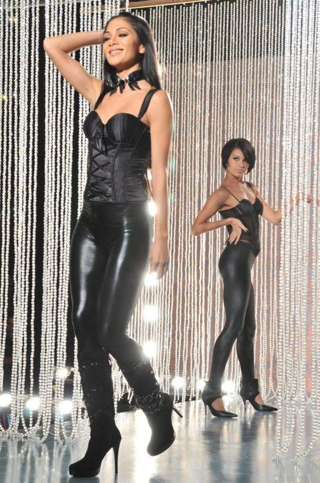 Nicole Scherzinger in Tight Leather Pants (9 pics)