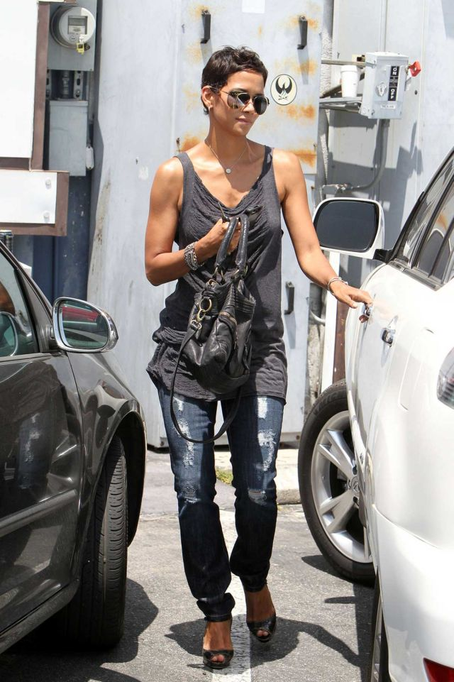 Halle Berry Is Very Hot (6 pics)