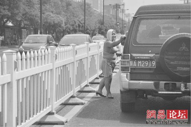 New Way of Money Extortion on China Roads (7 pics)