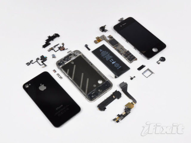 Disassembling iPhone 4 to a Screw (31 pics)