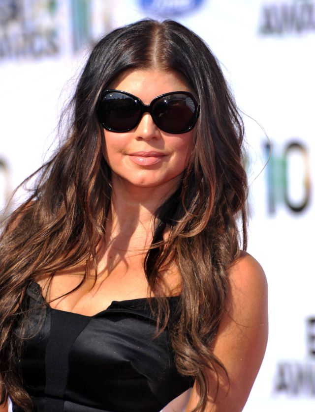Fergie Looks Like She Had the 50th Plastic Surgery (9 pics)