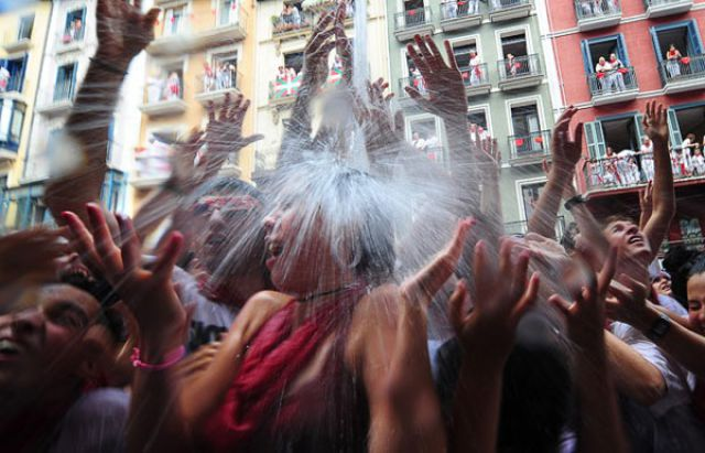 """""""Spray Each Other With Wine"""" Festival (42 pics)"""