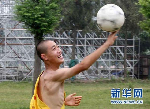 How Shaolin Monks Play Soccer (9 pics)