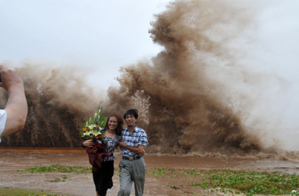 Vietnam people in ConSon storm (5 pics)
