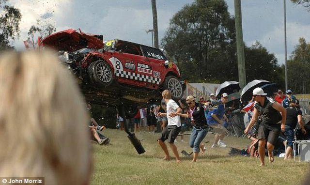 The Moment Spectators Had to Run for Their Lives (6 pics)