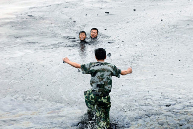 Oil Spill in China: Man Nearly Drowned (7 pics)