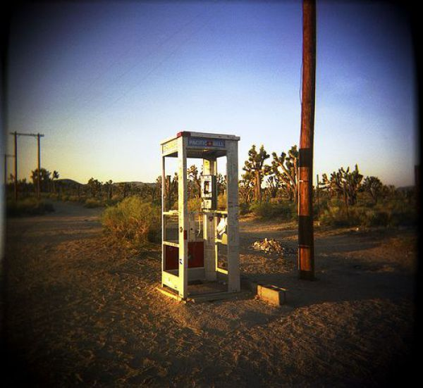 A Phone Booth in the Middle of Nowhere (14 pics)