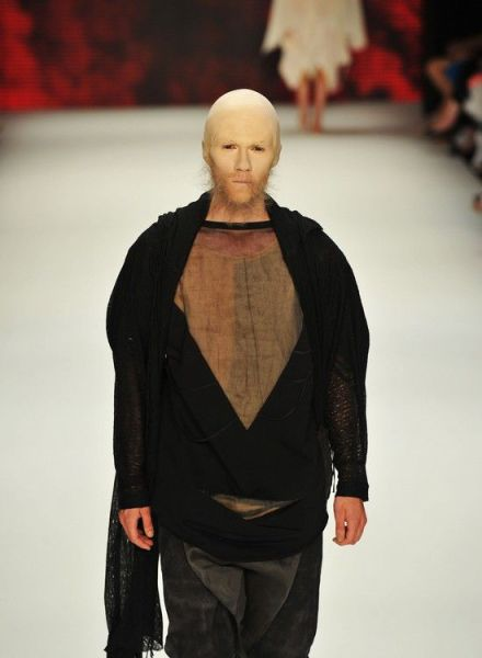 Shocking Bald Models on the Catwalk (14 pics)