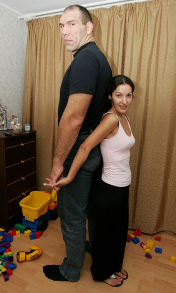 The Giant and his Tiny Wife (7 pics)