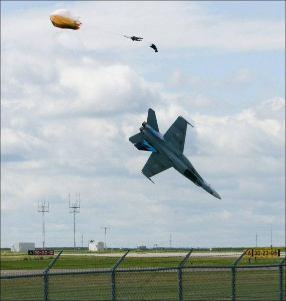 CF-18 Crashes During Airshow in Canada (5 pics)