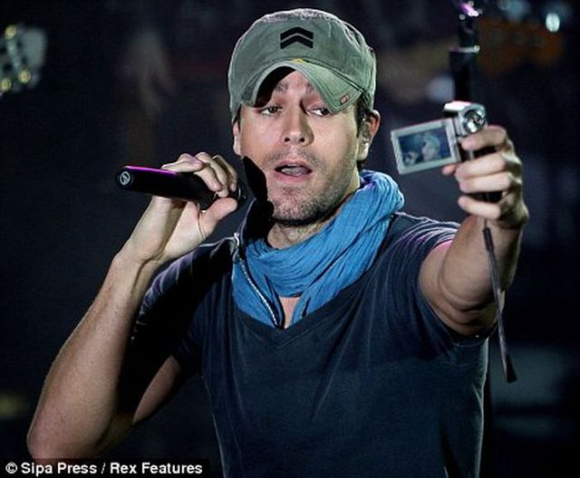 Enrique Iglesias Takes a Photo Down His Pants (4 pics)