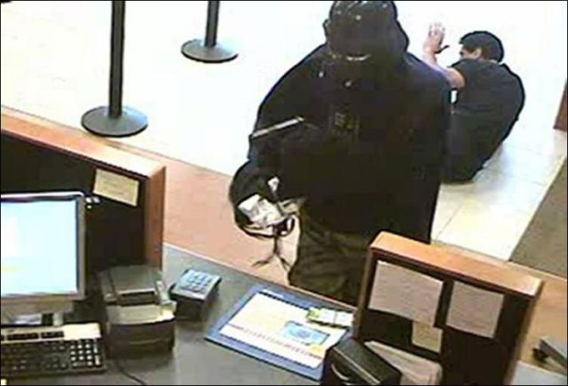 Darth Vader Robs the Bank in New York (2 pics)