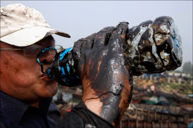 BareHands CleanUp of an Oil Spill (36 pics)