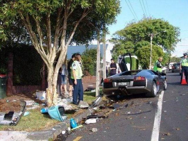 The Most Unusual Car Crashes (22 pics)