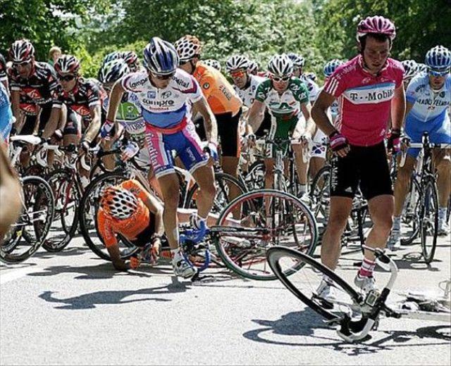 Bike Crashes at Tour de France (20 pics)
