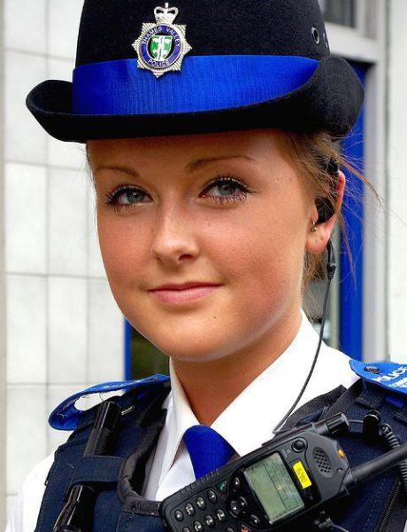 Pretty Policewomen (35 pics)