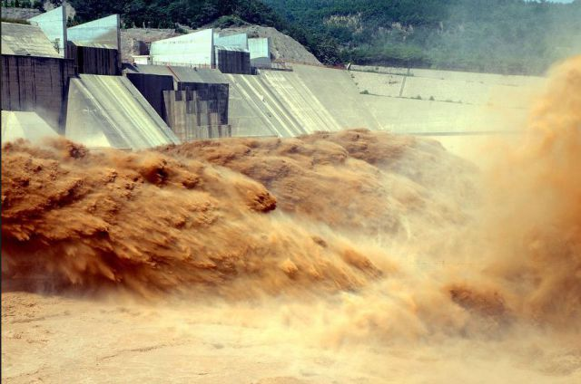 Chinese Dam Put to the Test by Floods (7 pics)