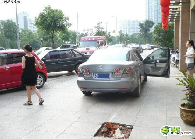 Unexpected Punishment  for Parking on a Sidewalk (6 pics)