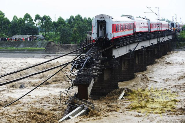 China Train Plunged into River (8 pics)