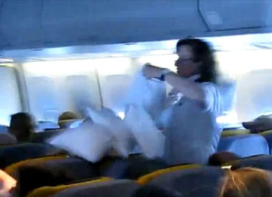 An Airborne Pillow Fight (5 pics)