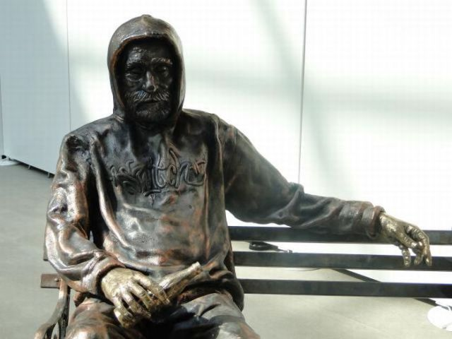 Homeless People Sculptures (19 pics)