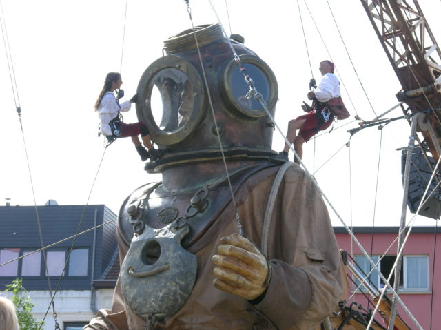 The diver, his hand and the little giant (35 pics)