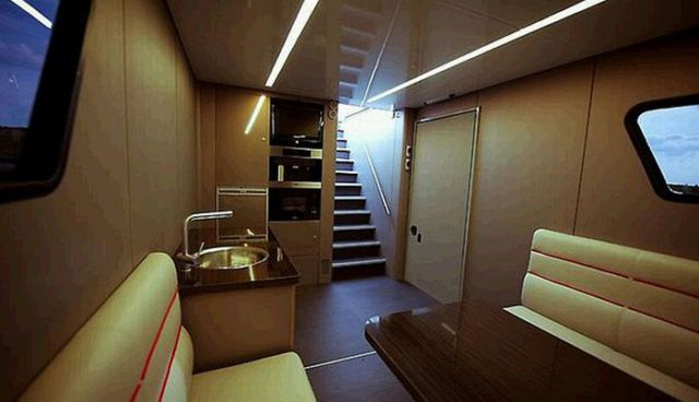 Yacht on Wheels (16 pics)