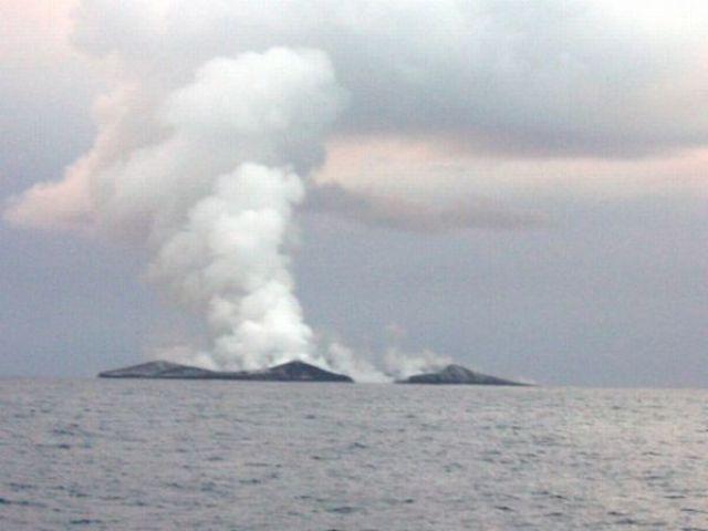 Amazing Underwater Volcano Eruption (14 pics)