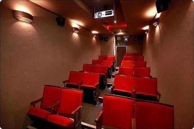 Vintage Mobile Cinema (5 pics)