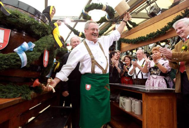 Let The Beer Flow During Oktoberfest (25 pics)