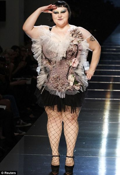 A Plus-sized Model at Paris Fashion Week (7 pics)