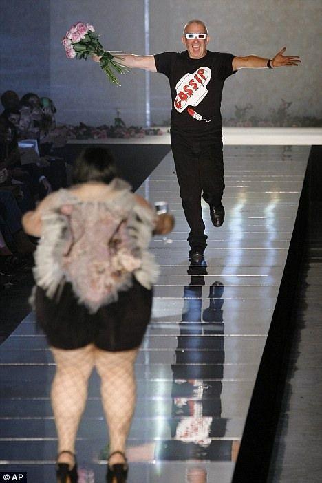 A Plus-sized Model at Paris Fashion Week (7 pics)