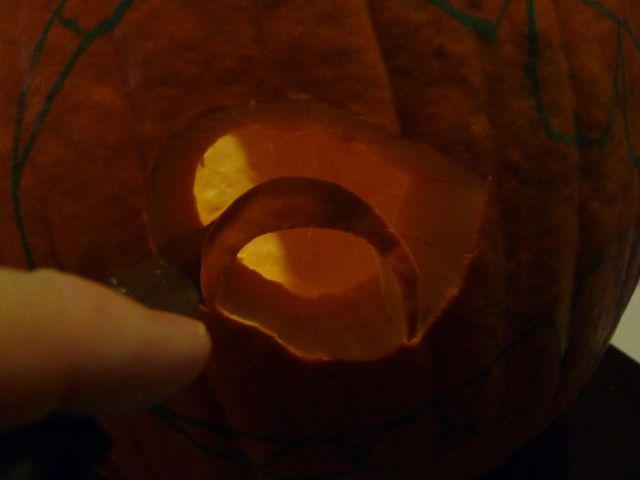 Carving a Cannibalistic Pumpkin (34 pics)