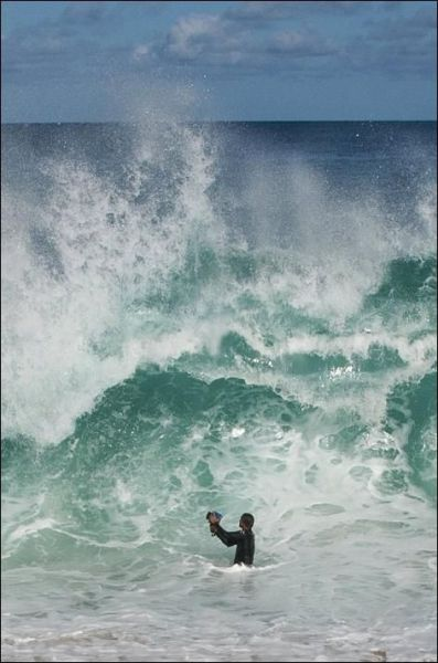 He Who Takes Pictures of the Huge Waves (4 pics)