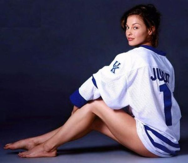 Sporty Female Celebrities (23 pics)