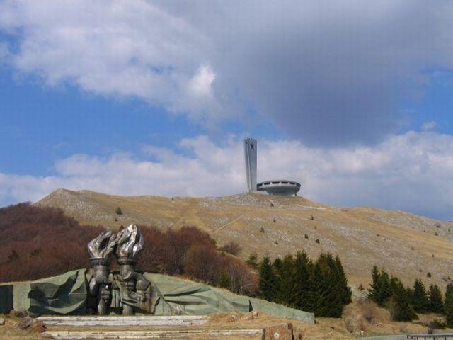 A Forgotten Monument (7 pics)