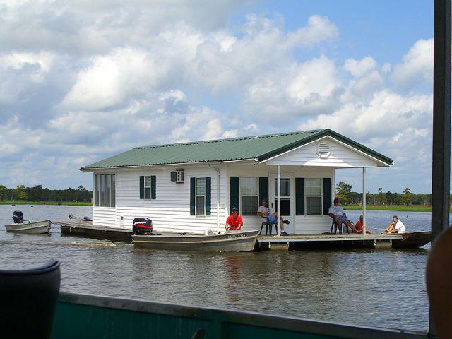 Tilted Tens: Houseboat Heaven (10 pics)