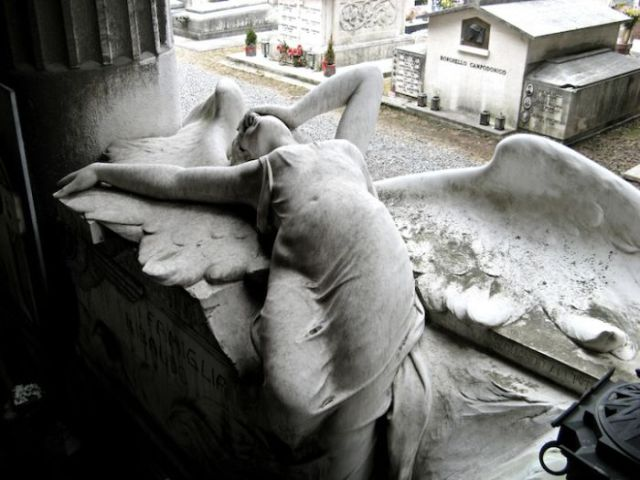 Amazing Sculptures in a Cemetery (20 pics)
