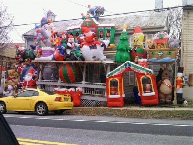 Tacky christmas decorations 42 pics - Pictures of homes decorated for christmas on the inside ...