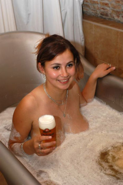 Beer is for bathing right 23 pics for Hot bathroom