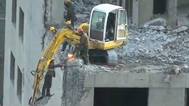 Crazy Chinese Construction Workers