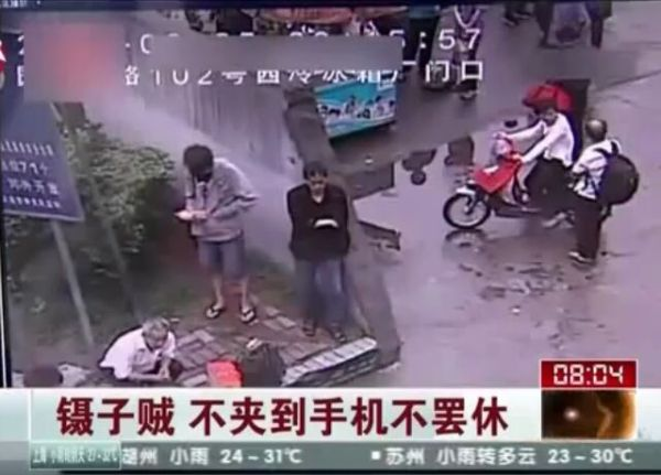 In China, Thieves Steal Wallets with Chopsticks! [VIDEO]